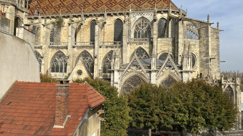 quiet in a very beautiful environment with a view of the Collegiale